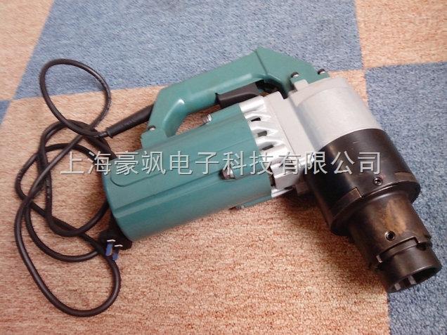 电动扭力扳手的种类有哪些 应用: 电动扳手主要应用于钢结构安装行业,专门安装钢结构高强螺栓,高强度螺栓是用来连接钢结构接点的,通常是用螺栓群的方式出现。高强螺栓可分为扭剪型和大六角型两种,国标扭剪型高强螺栓为M16、M20、M22、M24四种,现在也有非国标的M27、M30两种;国标大六角高强螺栓为M16、M20、M22、M24、M27、M30等几种。一般的对于高强螺栓的紧固都要先初紧再终紧,而且每步都需要有严格的扭矩要求。扭剪型高强螺栓的初紧可使用冲击电动扳手或定扭矩扳手,而终紧必须使用扭剪扳手;大六角