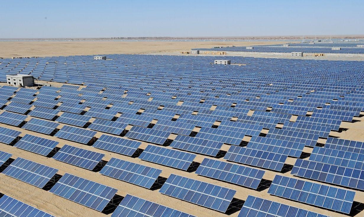 光伏,是太阳能光伏效应的简称,在实际应用中通常指太阳能向电能的转换,即太阳能光伏。它的实现方式主要是通过利用硅等半导体材料所制成的太阳能电板,利用光照产生直流电。 太阳能产品目前在欧美尤其欧洲地区国家已形成产业化。各个政府也出台各类优惠措施鼓励民众使用太阳能产品,以此来减低对传统能源的依赖,以及降低环境的污染程度。目前中国的光伏产业发展依旧存在并且将长时间存在一些瓶颈问题,即产业链结构中原材料和市场均在海外的问题,政府也通过各类政策鼓励企业走出去。 光伏产业中主要应用的产品为太阳能电池板,而太阳能电池板