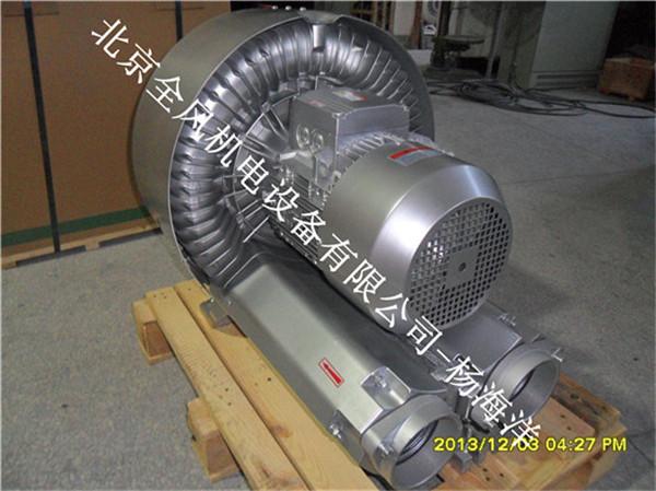 6, 旋涡气泵进出气口外联接必须采用软管联接(如橡胶管、塑料弹簧管)。 7, 旋涡气泵轴承的更换:更换轴承必须由熟悉修理工作的人进行操作。先拧松泵盖上的螺钉,然后按图示顺序逐一拆卸零件,拆下的零件应经过清洗,然后按反顺序装配。拆卸时,不能硬撬叶轮,应用专用拉马拉出,同时不要遗漏调节垫片,以免影响出厂时已调节器好的间隙。 8, 旋涡气泵除电机转子两只轴承外,其它部位没有直接接触摩擦。本气泵轴承安装方式主要分二类。第一类气泵端的轴承安装在电机机座和叶轮中间的泵体内,这类气泵平时不需要加润滑脂。第二类气泵端的