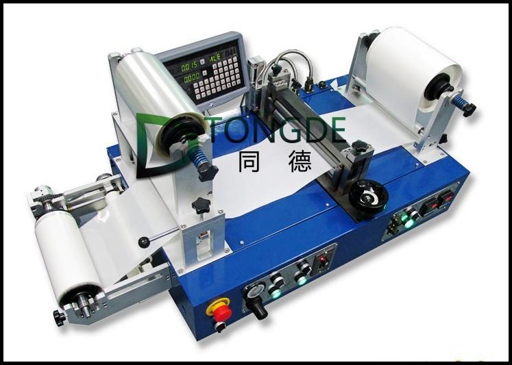 同德6018型连续式热熔胶涂布贴合实验机 为高精度模组化涂布站机构组合装配,可连续式涂布打样或小量生产的实验室迷你型热熔胶涂布贴合机。可以将热熔压敏胶直接涂布于耐热基材,或涂布于离型纸上再将胶膜转图贴合于个种不同面材上,如纸张、塑料模型金属膜等。 同德6018型连续式热熔胶涂布贴合实验机性能特点 全机为高精度模组化涂布站结构组合装配。 zui高操作温度为250 上胶轮与胶槽独立PT-100高精度PID温控模式 以千分位光栅尺做精确微调上下胶轮涂布间隙来控制涂布厚度。zui低上胶厚度为0.