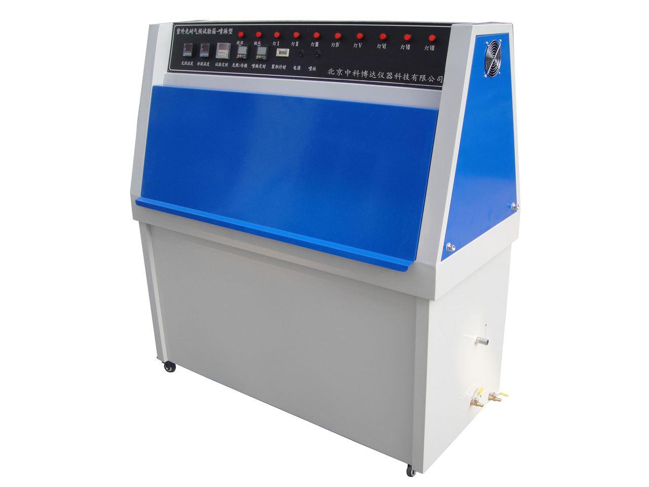 紫外老化试验箱构造:工作室安装两排每排4支荧光灯,设有加热水槽、试样架、黑板温度计、控制和指示工作时间和温度的装置。 荧光灯分为 UVA、UVB、 UVC 、UVD和UVE五种类型,各种类型的荧光灯出现最大峰值辐射的波长不同。除非另有规定,一般使用UVA-340灯。荧光灯光能量输出随使用时间而逐步衰减,为了减小因光能量衰减造成对试验的影响,在8支荧光灯中每隔1/4的荧光灯寿命时间,在每排由一支新灯替换一支旧灯,其余位置变换如图所示,使荧光灯按顺序定期更换,这样紫外光源始终由新灯和旧灯组成,而得到一个输出