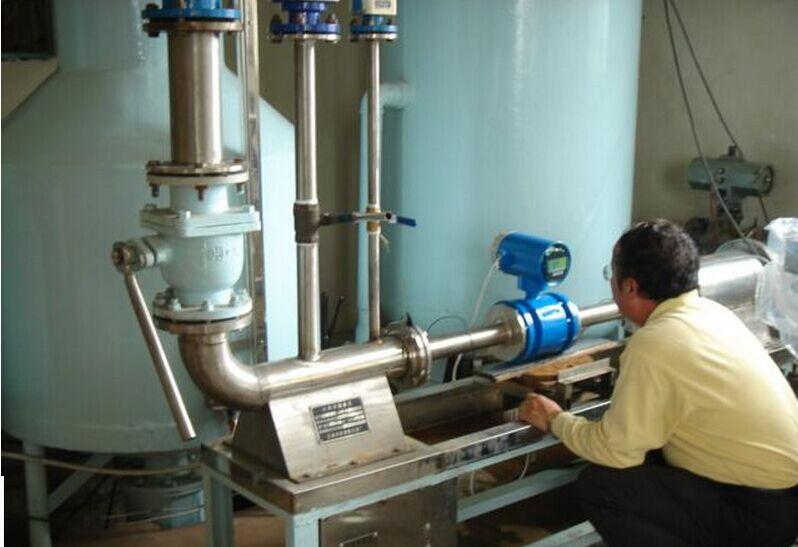 自来水流量计工作原理: 电磁自来水流量计是根据法拉第电磁感应定律进行流量测量的流量计。电磁流量计的优点是压损极小,可测流量范围大。最大流量与最小流量的比值一般为20:1以上,适用的工业管径范围宽,最大可达3m,输出信号和被测流量成线性,精确度较高,可测量电导率≥5μs/cm的酸、碱、盐溶液、水、污水、腐蚀性液体以及泥浆、矿浆、纸浆等的流体流量。但它不能测量气体、蒸汽以及纯净水的流量。 当导体在磁场中作切割磁力线运动时,在导体中会产生感应电势,感应电势的大小与导体在磁场中的有效长度及导体在磁场